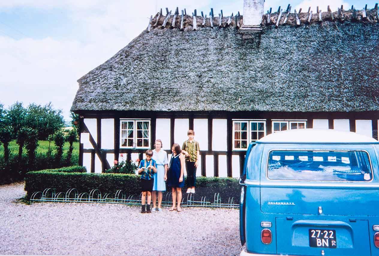 Double-Double im Vordergrund, Frau und Kinder mit Fachwerkhaus in der zweiten Reihe. Die Hunwicks in Dänemark 1969.