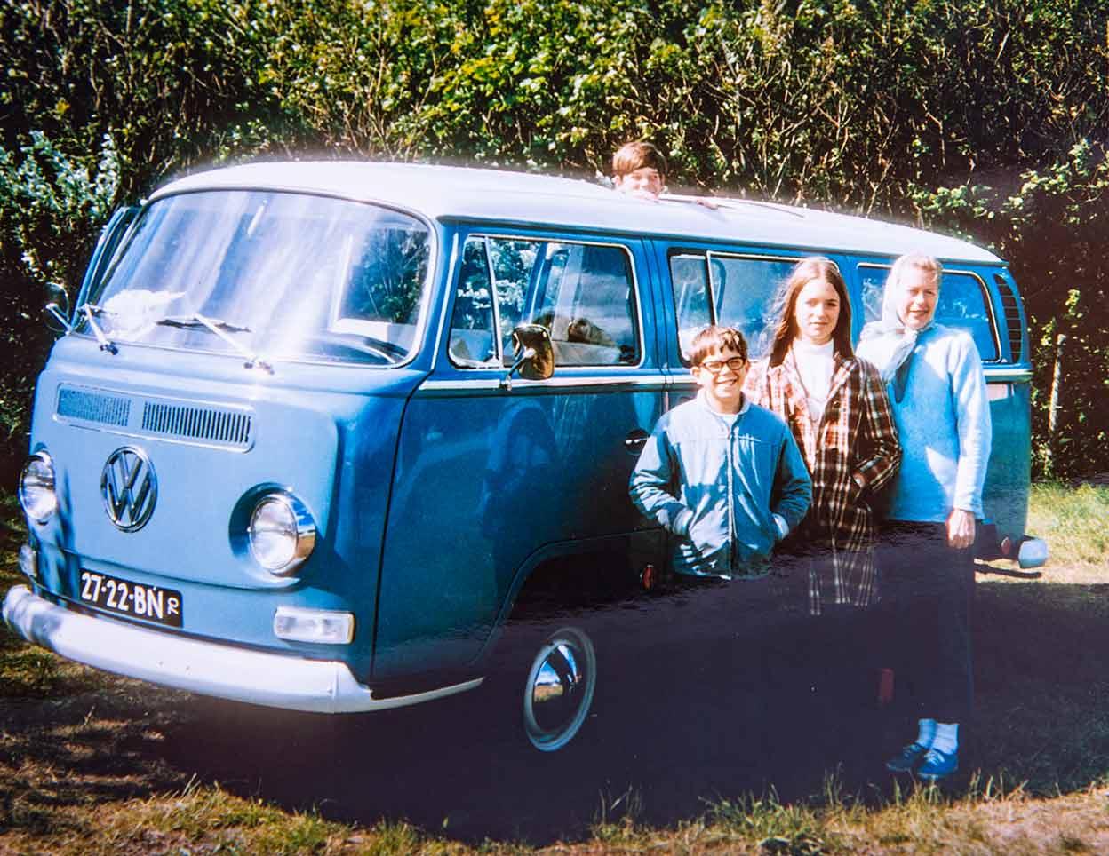 Das erste Familienfoto mit dem neuen Bus. Nur der Papa ist nicht drauf, der macht das Foto. Jetzt kann die Tour mit Double-Double beginnen.