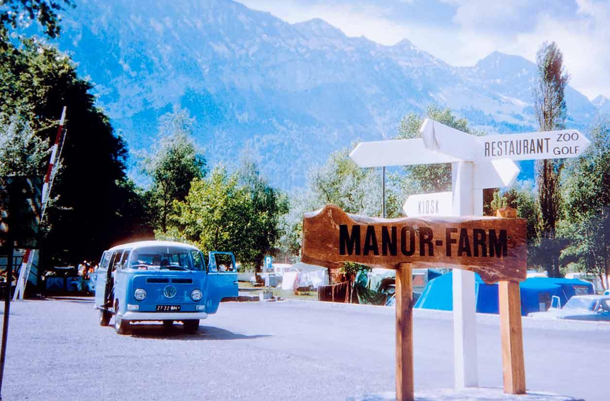 Schnappschuß von 1969, der Bus der Familie Hunwick am Thuner See in der Schweiz. Deutlich zu sehen ist das Exportkennzeichen.