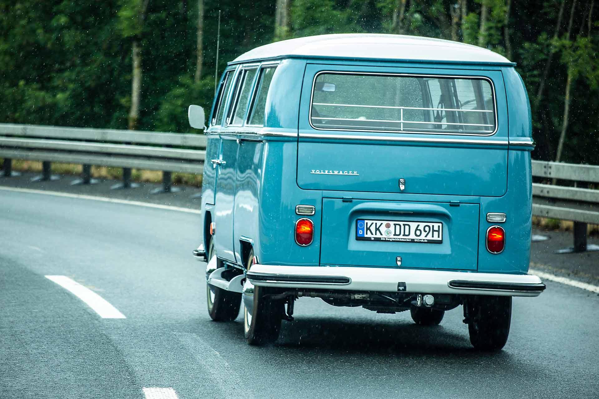 Zurück im regnerischen Rheinland: VW Bus T2 L-Bus mit Doppelschiebetür und Schiebedach