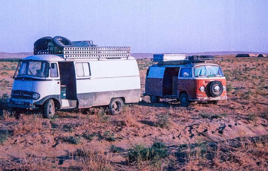 Nicht immer ist die Wüste einsam. Hier in der afghanischen Sandwüste der Bulli mit einem großen Bruder von Mercedes.