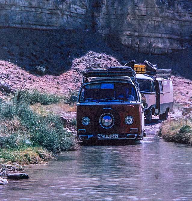 Auf der Nordroute in Afghanistan. VW und Mercedes bei einer Flußquerung.