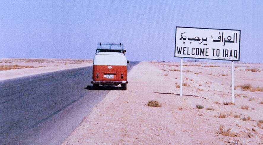 Der VW Bus T2 mit Katrin und Klaus Mees hat die Grenze zum Irak erreicht.