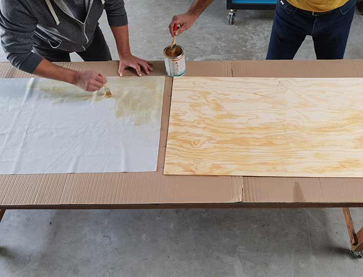 Kleber zügig auf beide zu verbindende Teile auftragen