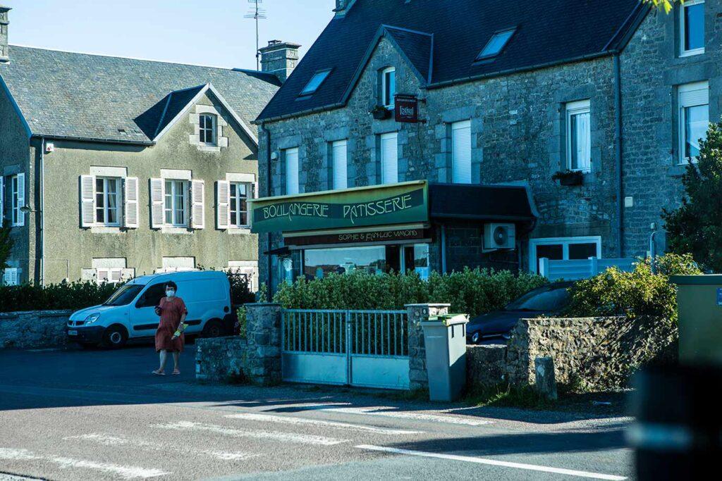 Sieht unscheinbar aus, hat aber Spitzen-Croissants: Die Bäckerei Vimond in Regnéville-sur-Mer