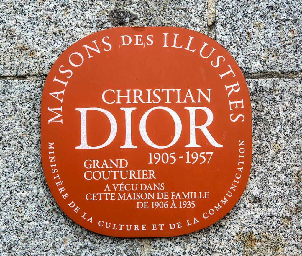 Am Parkeingang zum Geburtshaus des Modeschöpfers Christian Dior in Granville