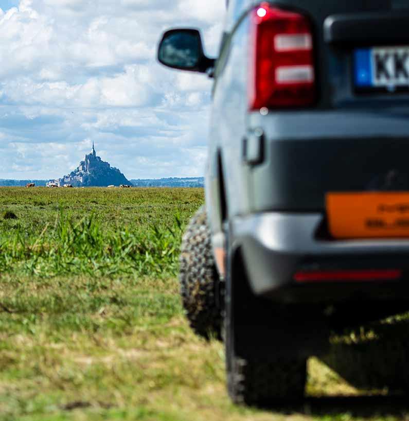 Selbst aus weiter Entfernung wirkt der Klosterberg eindrucksvoll. Hier kurz hinter Jullouville