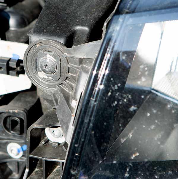 ...danach muss noch die zur Fahrzeugmitte zeigende Schraube entfernt werden.