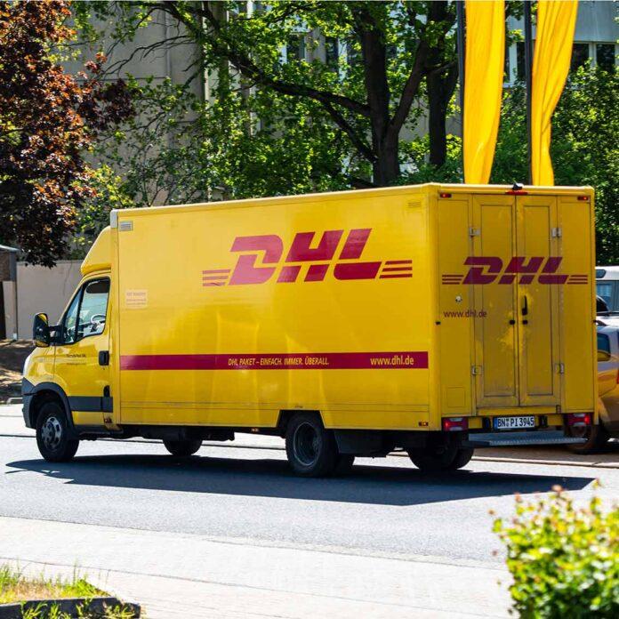 Ein Zustellfahrzeug von DHL. Insbesondere in der Weihnachtszeit kommt es zu Versandschwierigkeiten, noch verschärft durch die Corona-Pandemie.
