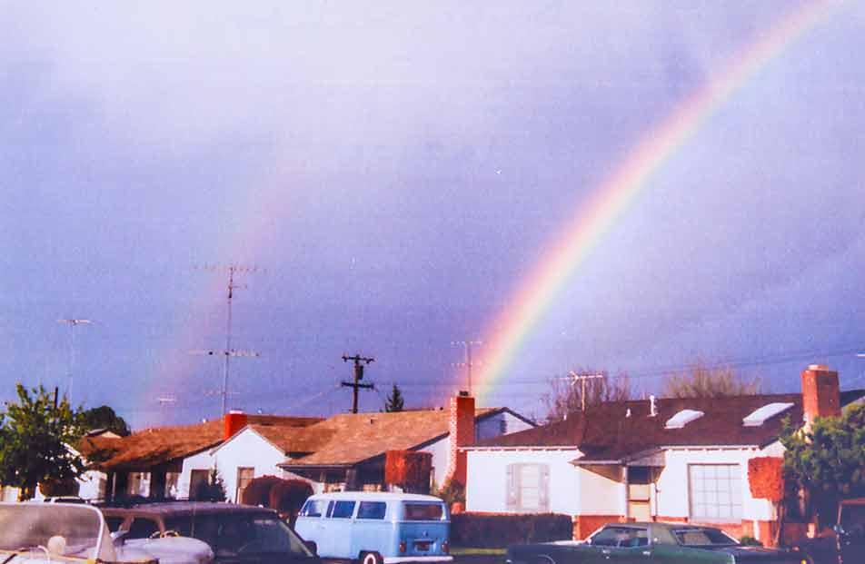 Doppelschiebetürer mit Doppelregenbogen in Kalifornien. Die Hunwicks haben ihren T2 als Familienmitglied gesehen und behandelt.