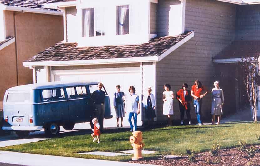 Die Familie Hunswick mit ihrem Double-Double vor dem Haus in Palo Alto