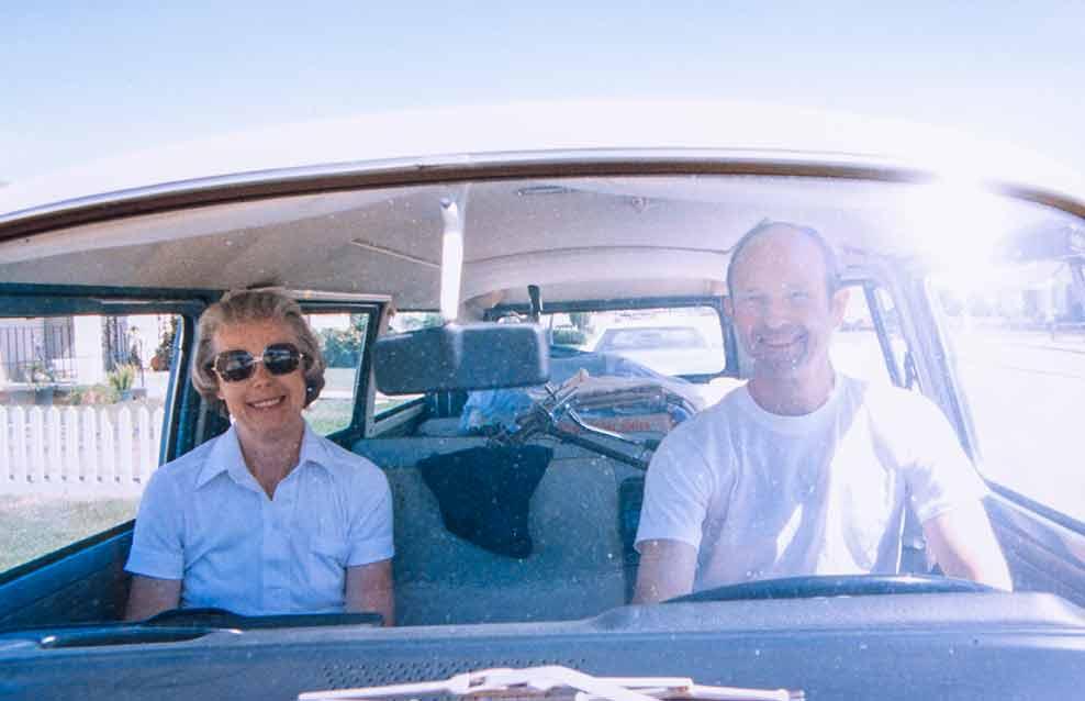 Familie Hunwick in der Fahrerkabine ihres Bullis.