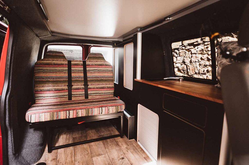 Perfekt, oder? Zwei vollwertige Sitze oder ein Doppelbett - der Campervan ist fertig!