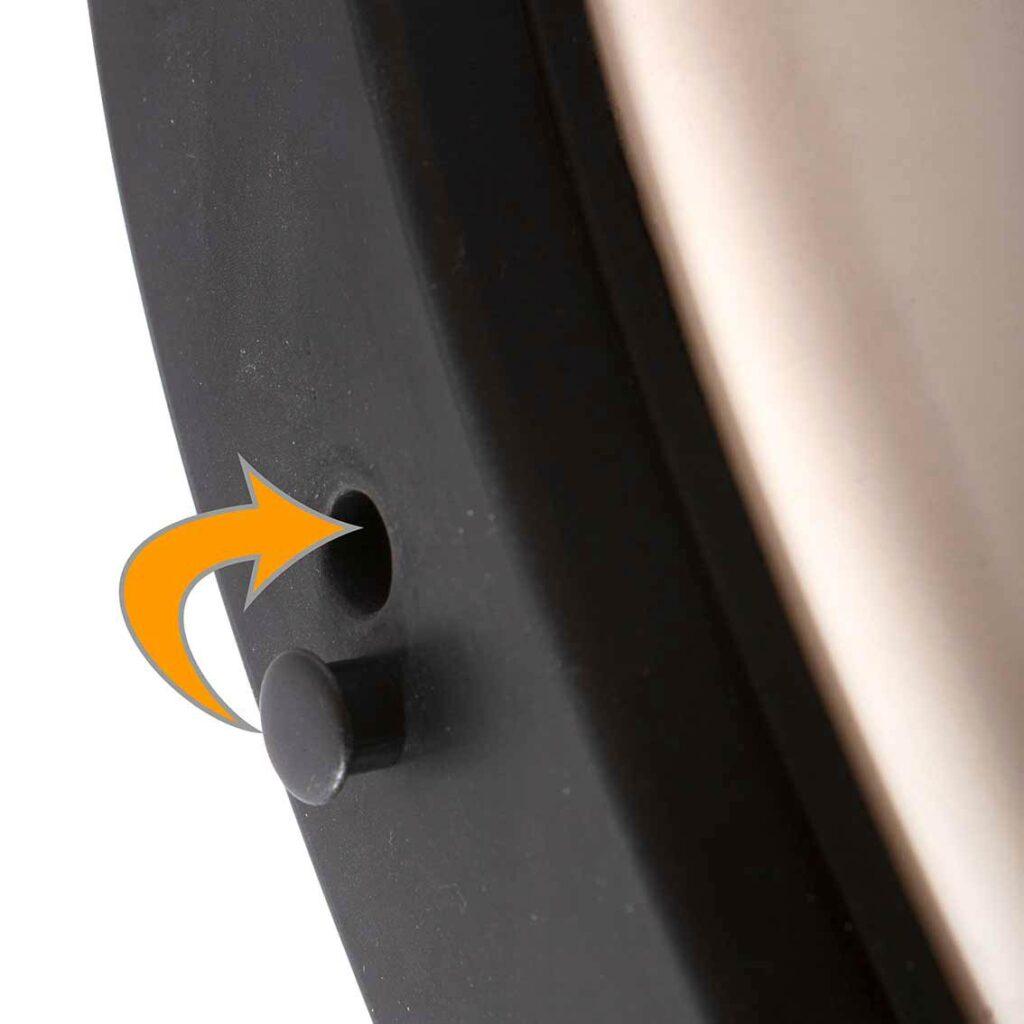Die Abdeckung für die Öffnung in der Gummi-Prallplatte für die Stoßstangenhörner beim VW Bus T2b vorne und hinten.