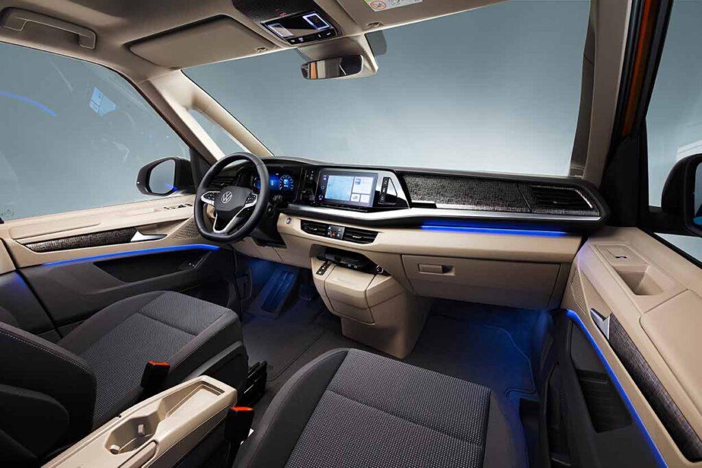 Cockpit des Multivan mit integrierter Displaylandschaft. Foto:VW Nutzfahrzeuge